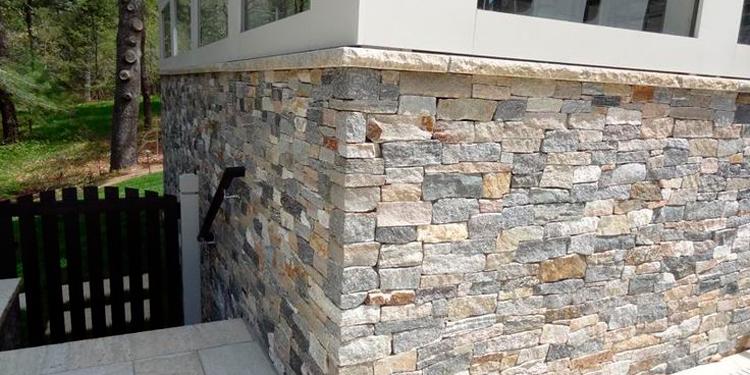 отделка-цокольного-этажа-натуральным-камнем.jpg