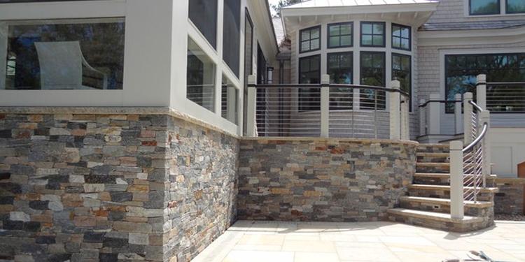 цокольный-этаж-отделанный-камнем.jpg
