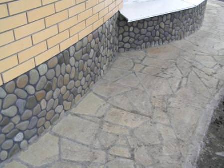 Лучшим временем для ремонта цоколя дома на даче считается теплое, но не жаркое время