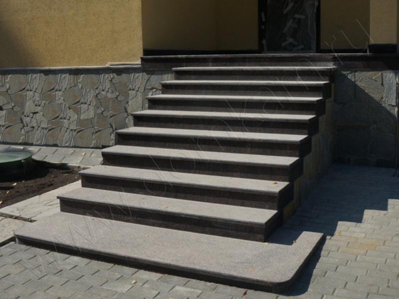 Лестница из гранита может быть также бюджетной, но при этом долговечной и прочной.