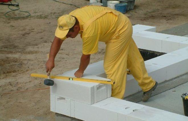 Строительный уровень поможет в укладке блоков