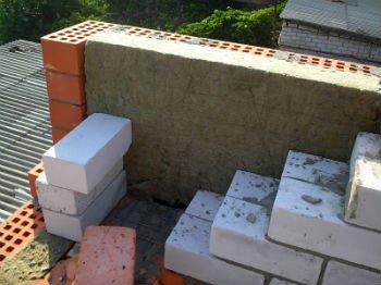 Пример монтажа минеральной ваты во время строительства стены