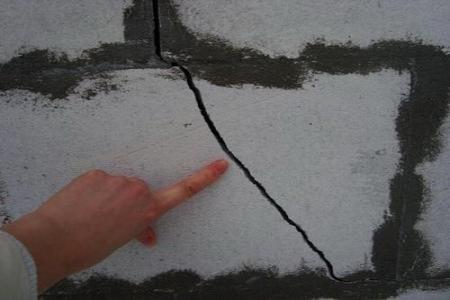 нельзя оставлять трещины и другие дефекты, все аккуратно замазываем