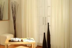 Занавески из вуали в интерьере гостиной