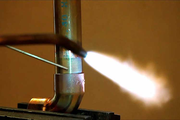 Медные трубы соединяют пайкой, используя газовую горелку и припой