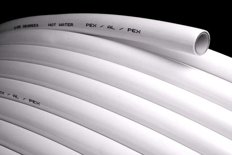 Металлопластиковая труба надежная и долговечная, но боится прямых солнечных лучей