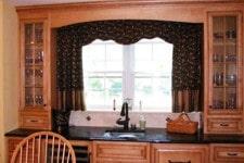 Оформление кухонного окна шторой аркой