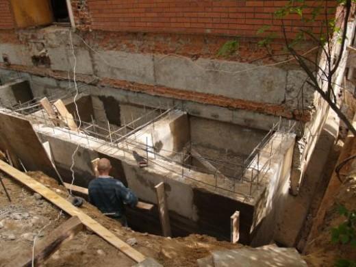 На снимке показан процесс реконструкции фундамента