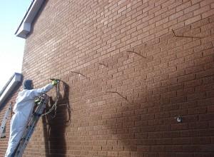 Заливка пенополиуретана - один из методов нанесения утеплителя на стену