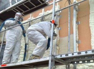 Пенополиуретан, распыленный надлежащим образом в стене дома, предотвратит потери тепла