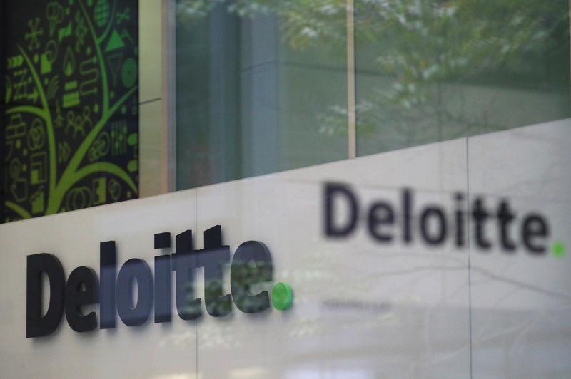 © Reuters. Deloitte: ветряные и солнечные электростанции стали