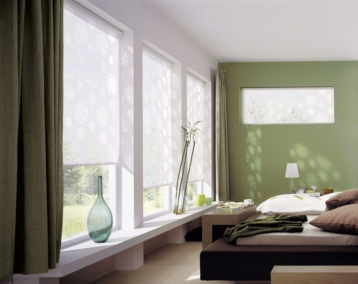 На трехстворчатом окне можно закрепить все три шторы отдельно.