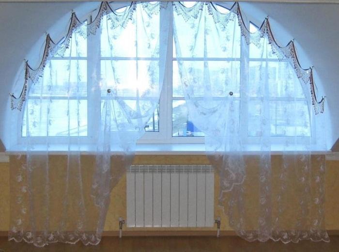 С помощью точечного крепления можно оригинально оформить арочное окно.