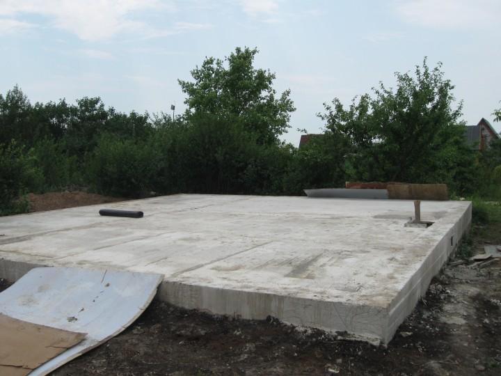 Монолитный фундамент заливается по всей площади будущей бани