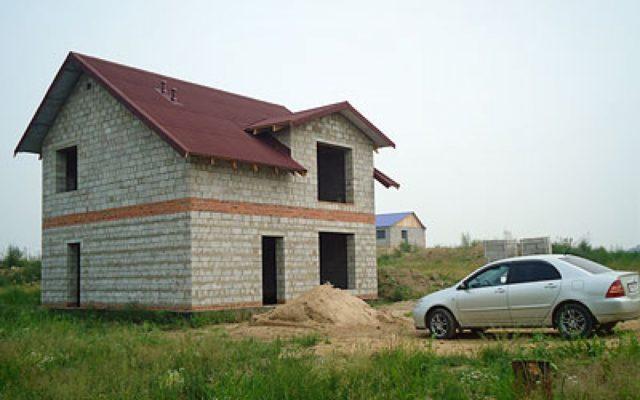 Так как вес здания из керамзитобетонных блоков достаточно большой, то для него требуется устройство надежного основания