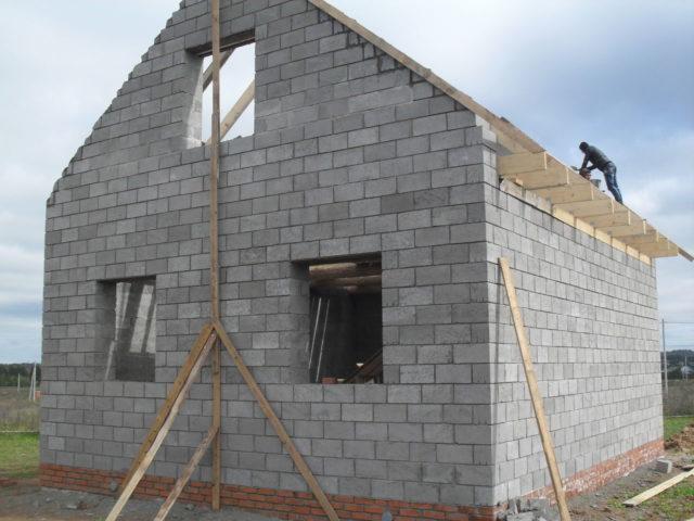 Вторые отличаются большей прочностью и используются для возведения достаточно прочных несущих стен и конструкций