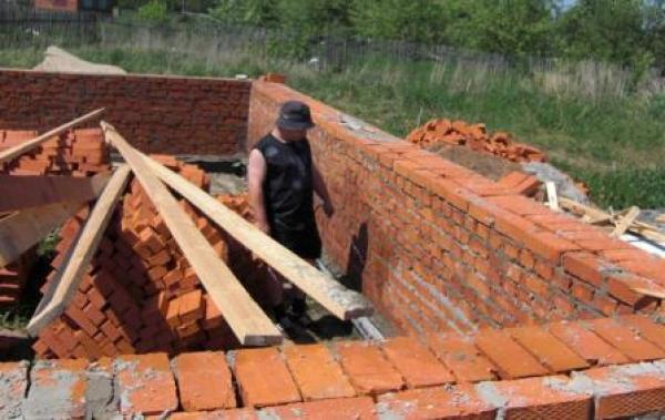 Строительство дома из кирпича своими руками и его особенности