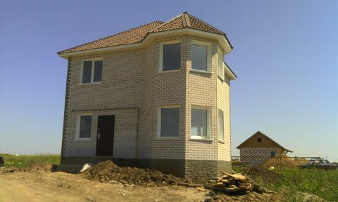 Дом из газобетонных блоков, облицованных кирпичом