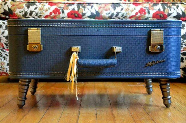 Даже из небольшого чемодана на ножках получится оригинальный журнальный столик