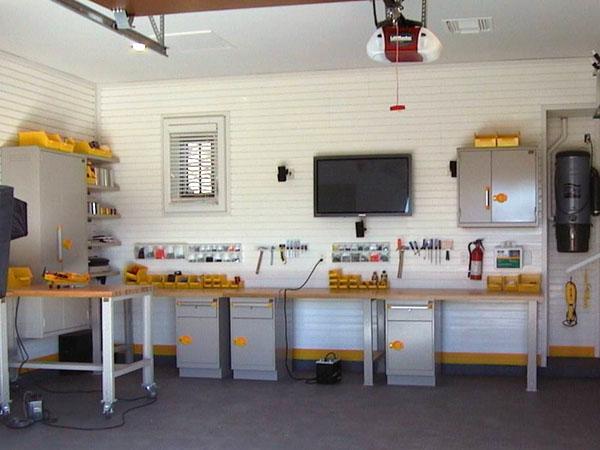 Фото гаража с мастерской, оборудованной верстаками GarageTek