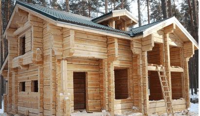 Такой деревянный дом по праву можно считать произведением искусства.