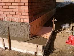 Опалубка отмостки заливается бетоном