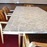 декор стола старыми газетами