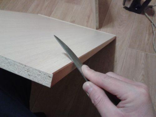 Загибаем края кромки тупой стороной ножа