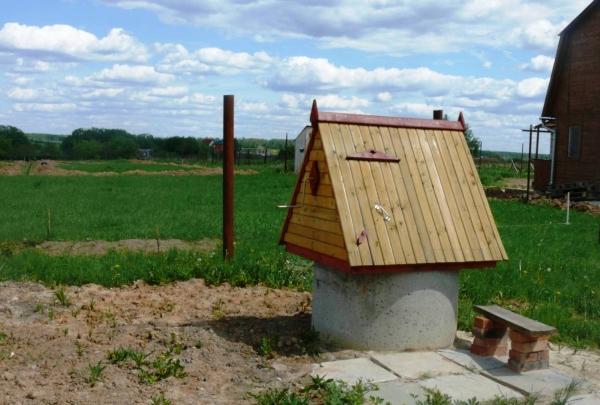 Как самостоятельно построить домик для колодца