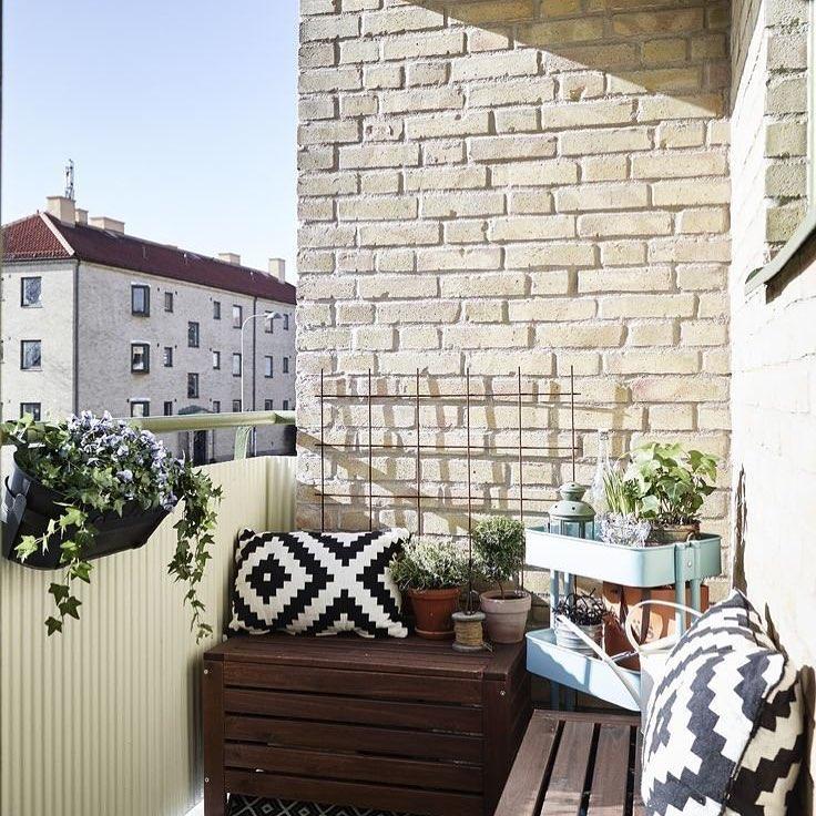 Шкаф из дерева на балконе
