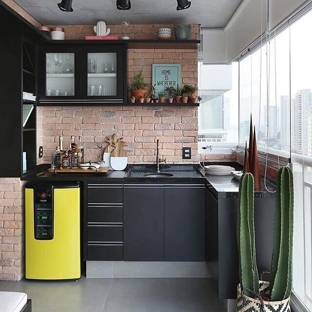 Деревянная кухня на балконе