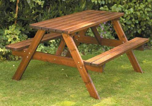 Стол со скамейками.