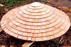 Крыша для беседки из бутылок должна быть сделана из легкого материала.