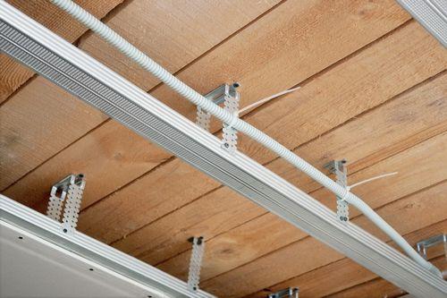 Гипсокартон на деревянный потолок в доме: как обшить потолок, крепления