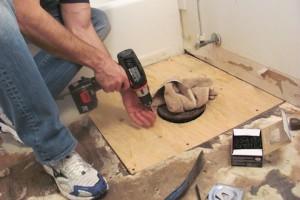Установка унитаза на деревянный пол: инструкция по монтажу, правила, особенности