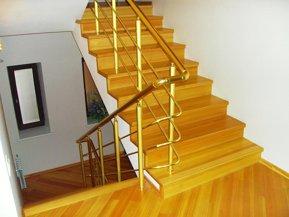 Бетонная лестница, обшитая деревом
