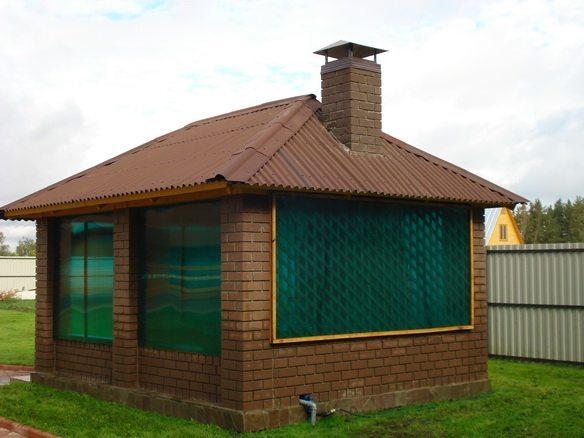 Фото 3 – Закрытая беседка с очагом, построенная из кирпича и поликарбоната