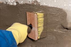 Нанесение ремонтного состава на бетонную поверхность